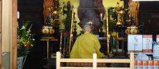 Man som sitter på knä och utövar en religiös rit