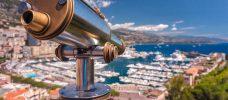 kikare med stad vid havet långt bort i bakgrunden