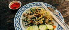 tallrik med thailändsk mat