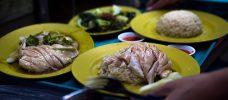 fyra gula tallrikar med olika maträtter