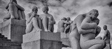 skulpturer föreställande sittande människor